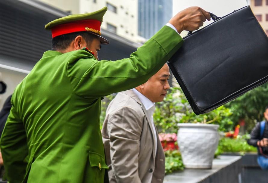 Phan Văn Anh Vũ (Vũ Nhôm) là 1 trong số 3 bị cáo bị tạm giam được dẫn giải đến tòa bằng xe thùng.