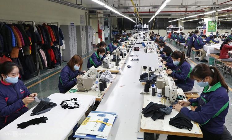 Các nhân viên trong dây chuyền đang cấp tập sản xuất tại nhà máy ở Thái Nguyên ngày 6/2. - Ảnh: Ngọc Thành.