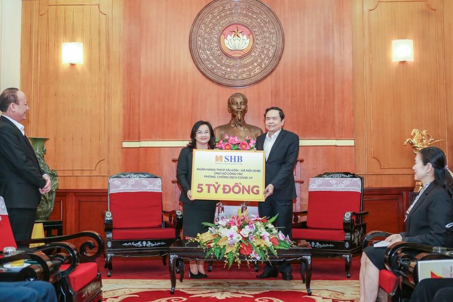 à Ngô Thu Hà, Phó tổng giám đốc SHB thay mặt Ngân hàng trao ủng hộ 5 tỷ đồng cho công tác phòng chống dịch COVID-19