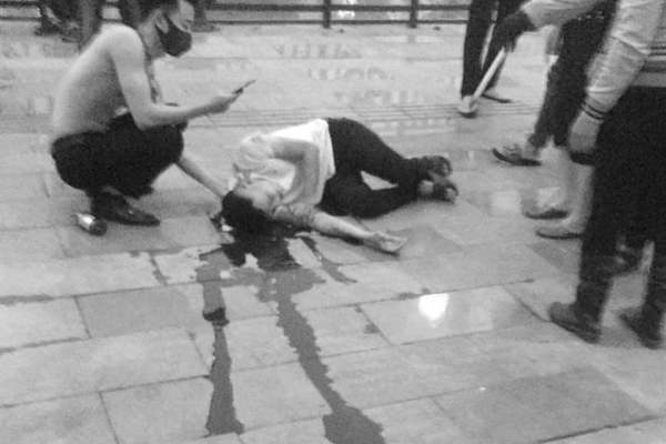 Nạn nhân nằm gục trên vũng máu ở phố đi bộ Tam Bạc