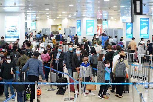 Ngày 22/3, sân bay Nội Bài tiếp nhận hơn 2.000 người Việt từ vùng dịch trở về