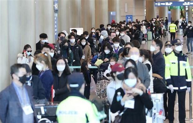 Hành khách đến từ Frankfurt, Đức, tại sân bay quốc tế Incheon, Hàn Quốc ngày 24/3/2020, chờ xe buýt để tới khu vực cách ly trong bối cảnh dịch COVID-19 lan rộng. (Nguồn: THX/ TTXVN)