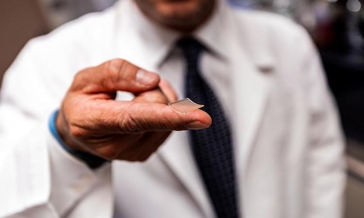 Vaccine mới được đưa vào cơ thể qua miếng dán nhỏ bằng đầu ngón tay và có thể bảo quản ở nhiệt độ phòng. - Ảnh: UPMC.