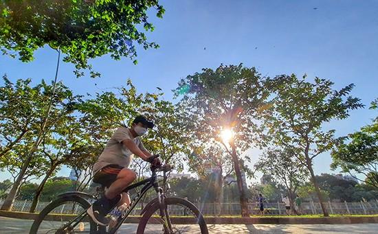 Người Sài Gòn đạp xe thể dục buổi sáng. - Ảnh: Lê Xuân Thọ