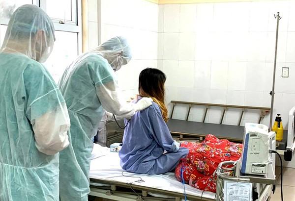 Bác sĩ kiểm tra sức khoẻ cho bệnh nhân 52. - Ảnh: Vietnamnet
