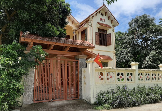 """Ngôi nhà khang trang của một """"hộ cận nghèo"""" ở xã Yên Thọ (huyện Yên Định). - Ảnh: Thùy Chi"""