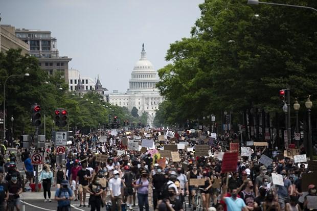 Người dân tham gia biểu tình phản đối phân biệt chủng tộc tại Washington D.C., Mỹ, ngày 6/6/2020. (Nguồn: THX/TTXVN)