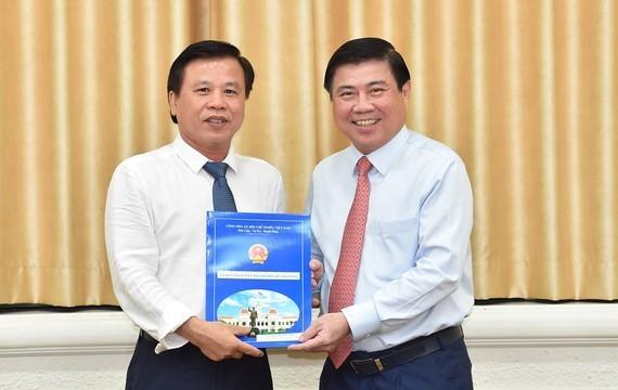 Chủ tịch UBND TPHCM Nguyễn Thành Phong trao quyết định và chúc mừng đồng chí Nguyễn Hữu Tín.