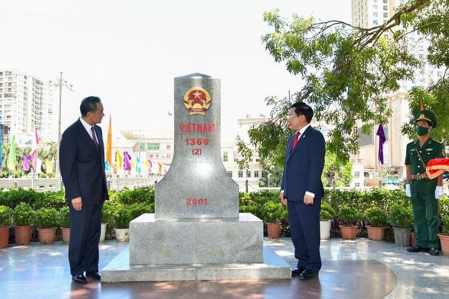 Ủy viên Bộ Chính trị, Phó Thủ tướng Chính phủ, Bộ trưởng Bộ Ngoại giao Phạm Bình Minh và Ủy viên Quốc vụ, Bộ trưởng Bộ Ngoại giao Trung Quốc Vương Nghị tham quan cột mốc 1369 (2) tại Việt Nam.