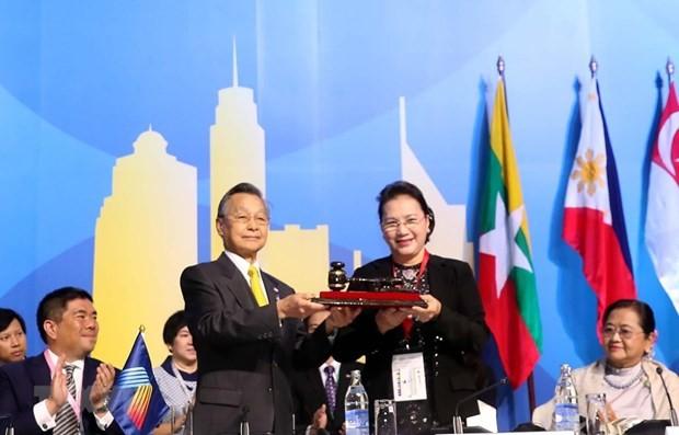 Chủ tịch Quốc hội Nguyễn Thị Kim Ngân nhận búa đảm nhận chức Chủ tịch AIPA 41 từ Thái Lan. (Ảnh: Trọng Đức/TTXVN)