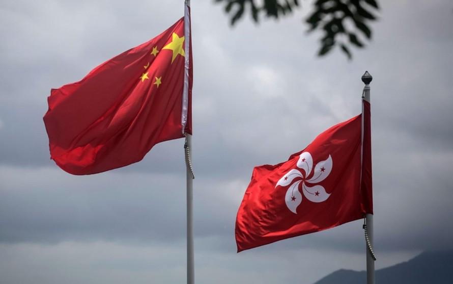 Cờ Trung Quốc và cờ Hong Kong. - Ảnh: CNN.