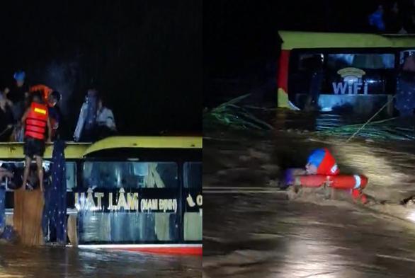 Hành khách được mặc áo phao, phao bơi qua nước lũ chảy xiết để vào bờ. - Ảnh: Tuổi Trẻ