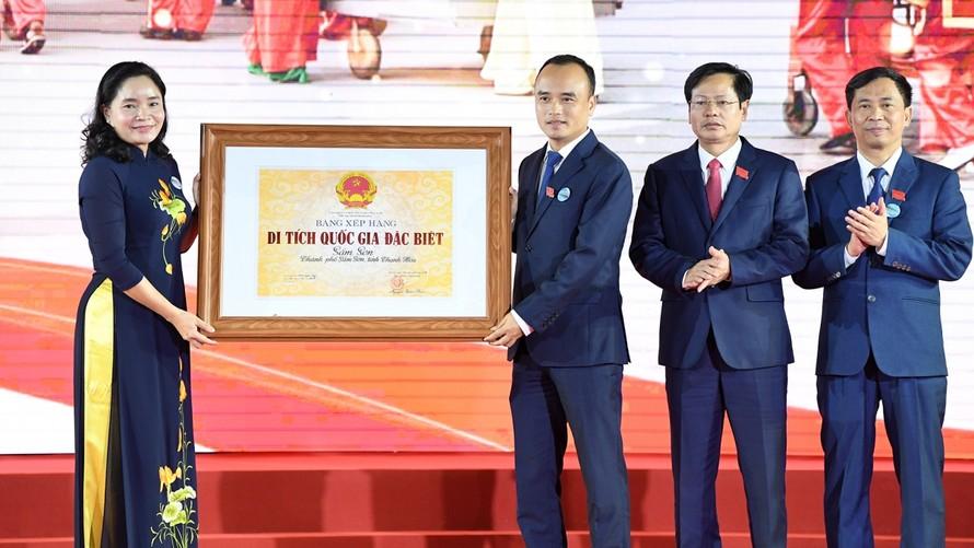 Thứ trưởng Trịnh Thị Thuỷ trao Bằng xếp hạng Di tích quốc gia đặc biệt Sầm Sơn cho lãnh đạo UBND Thành phố Sầm Sơn. - Ảnh: VOV