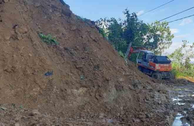 Lực lượng chức năng xử lý hàng ngàn khối đất đá gây ách tắc đường dẫn lên hiện trường sạt lở. - Ảnh: VTC News