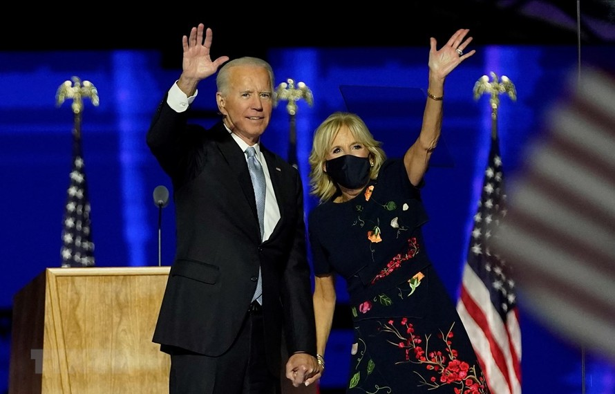 Ông Joe Biden và vợ vẫy chào những người ủng hộ tại Wilmington, bang Delaware, Mỹ, ngày 7/11/2020. (Ảnh: AFP)