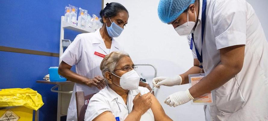 Các bác sĩ và nhân viên y tế là những người đầu tiên được chủng ngừa COVID ở Ấn Độ.
