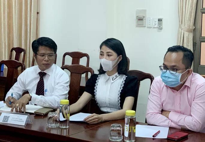 YouTuber Thơ Nguyễn (giữa) cùng luật sư tại buổi làm việc với cơ quan chức năng tỉnh Bình Dương. - Ảnh: Người Lao Động