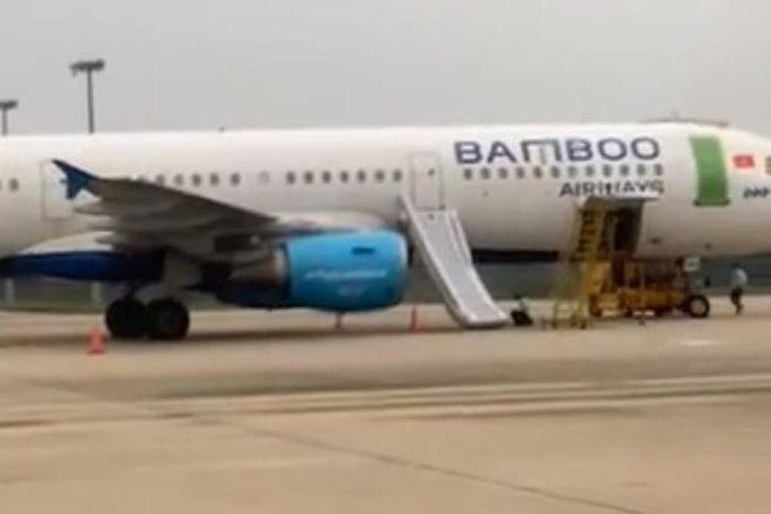 Chiếc máy bay bị bung phao trượt thoát hiểm do hành khách tự ý mở tại sân bay Thọ Xuân - Ảnh: Tuổi Trẻ