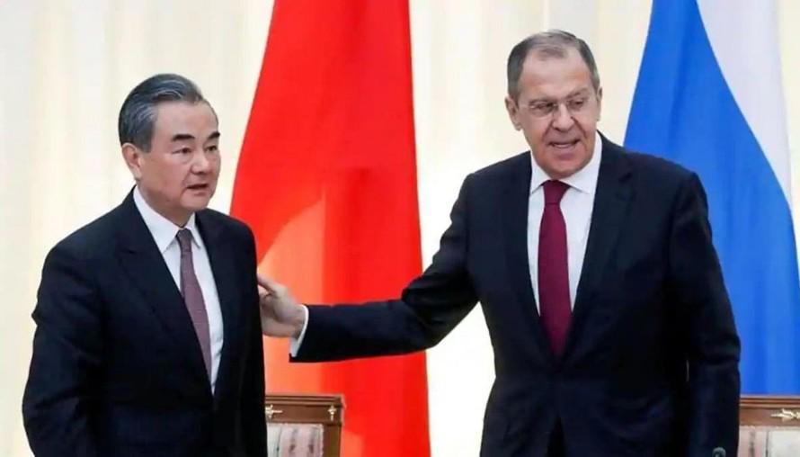 Ngoại trưởng Trung Quốc Vương Nghị và Ngoại trưởng Nga Sergei Lavrov. - Ảnh: Reuters