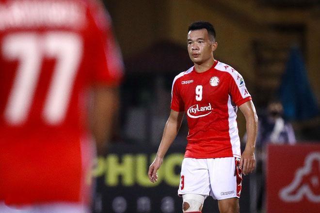 Ngô Hoàng Thịnh nhận án phạt nặng sau pha vào bóng thô bạo với Hùng Dũng ở vòng 5 V.League. - Ảnh: Zing.vn