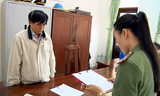 Cơ quan điều tra công bố quyết định khởi tố Phạm Văn Dũng. - Ảnh: Zing.vn