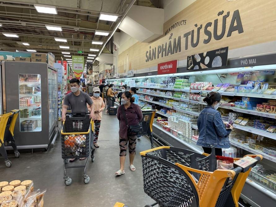 Người dân TP Hồ Chí Minh đi siêu thị trong giai đoạn bình thường mới. - Ảnh: Báo Tin Tức