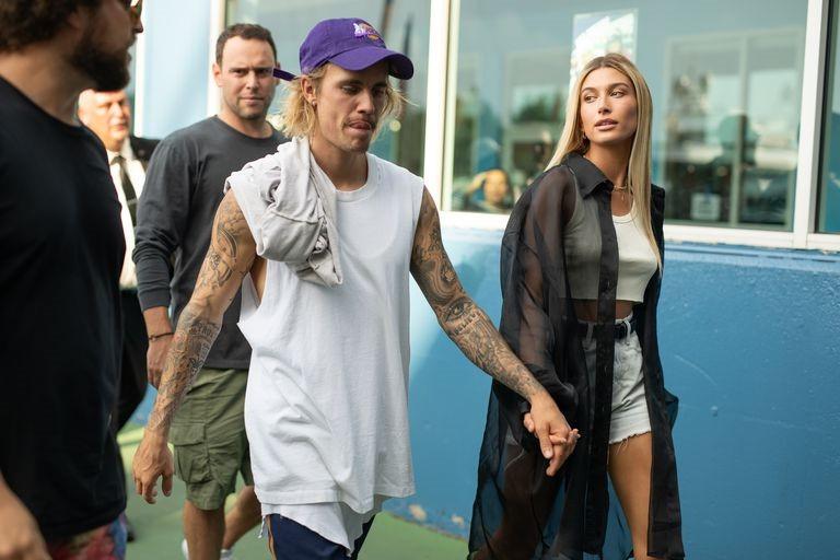 Justin Bieber hốc hác khi đi xem thời trang cùng hôn thê