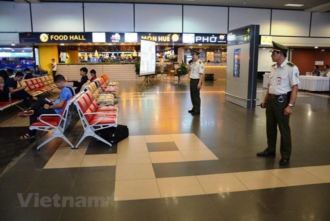 Nhân viên an ninh hàng không Cảng hàng không quốc tế Nội Bài. (Ảnh: Việt Hùng/Vietnam+)