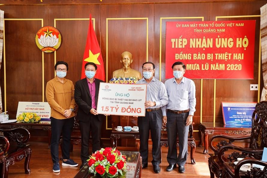 Đại diện Tập đoàn Hưng Thịnh trao bảng tượng trưng ủng hộ đồng bào vùng lũ tạitỉnh Quảng Nam cho ông Võ Xuân Ca - Chủ tịch UB MTTQ Việt Nam tỉnh Quảng Nam.