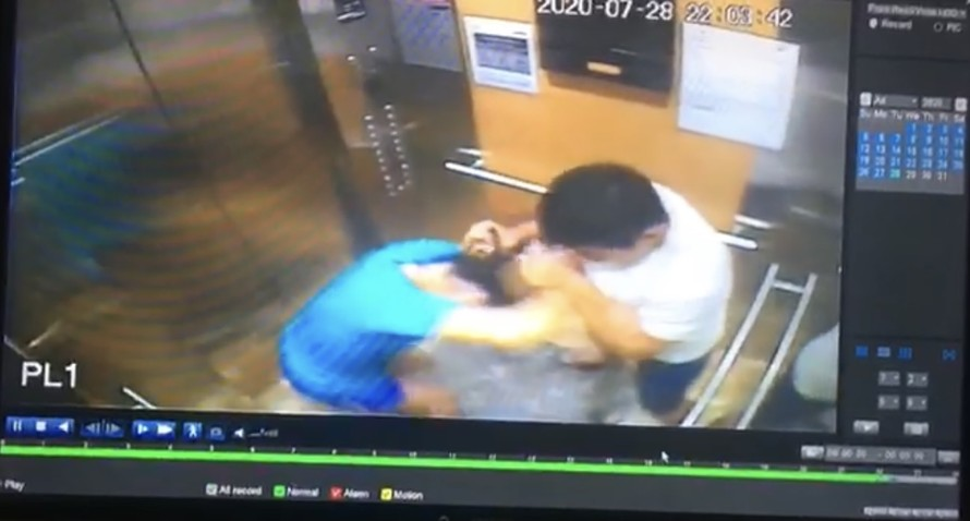 Hình ảnh viên phi công hành hung người phụ nữ trong thang máy được camera an ninh ghi lại. Ảnh: Chụp màn hình
