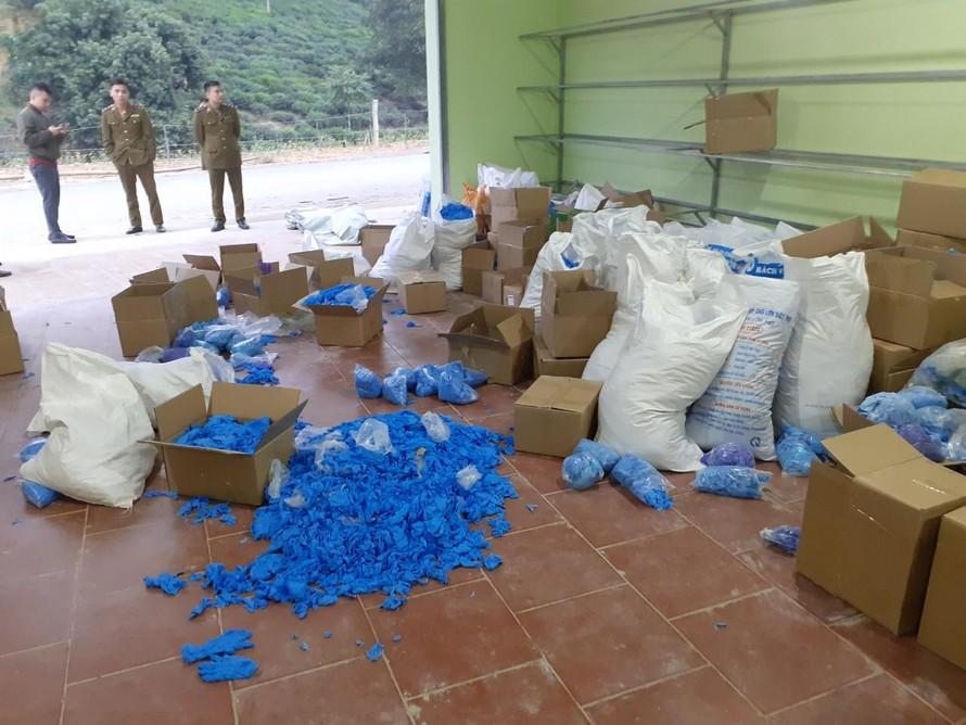 Lục lượng chức năng kiểm tra kho hàng chứa găng tay đã qua sử dụng