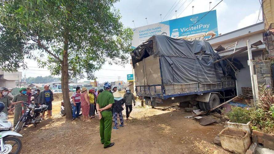 Hiện trường vụ xe tải mất lái lao thẳng vào nhà dân. Ảnh: Xuân Thời.