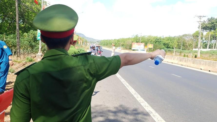 Từ 9 giờ sáng, người đi mô tô quay lại thành phố và các khu công nghiệp ở các tỉnh đã được nhận những chai nước ướp lạnh từ tay các chiến sỹ công an.