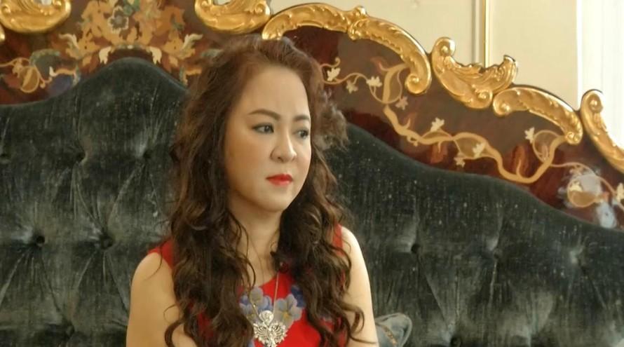 """Bà Nguyễn Phương Hằng phát trực tiếp lên facebook cá nhân tố cáo bị """"thần y"""" lừa đảo."""