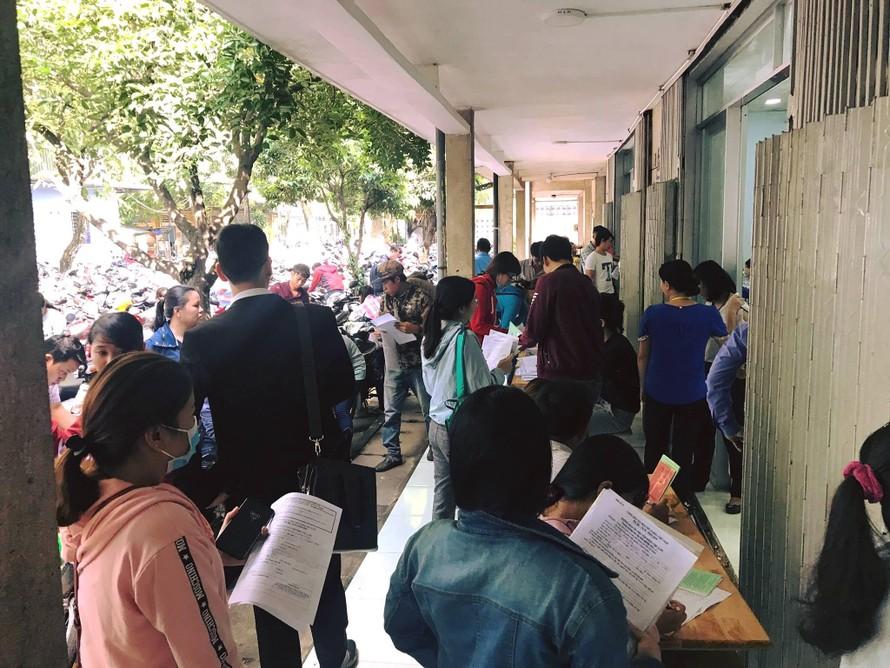Vừa qua Tết Nguyên Đán đã có đến hàng trăm bạn trẻ cũng đang cầm hồ sơ trên tay để cùng tìm kiếm một cơ hội.