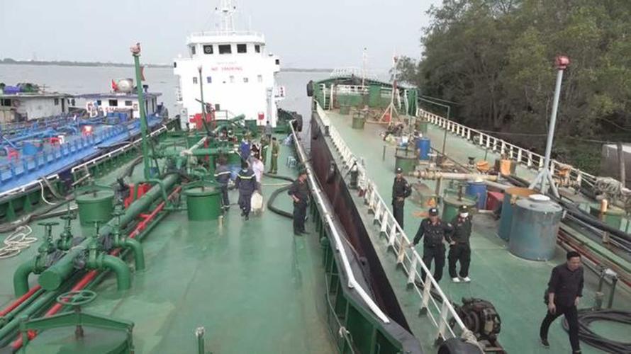 Công an Đồng Nai vừa bắt 2 thuyền trưởng bỏ trốn trong chuyên án buôn lậu xăng giả. Trong ảnh là 2 tàu biển trọng tải 1.500 tấn bắt giữ ngày 6/2/2021.
