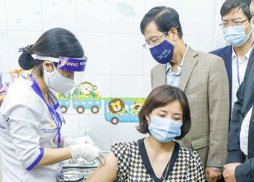 Người được tiêm đầu tiên ở Hải Dương là nhân viên y tế Phạm Thị Tuyết Nhung, 40 tuổi.