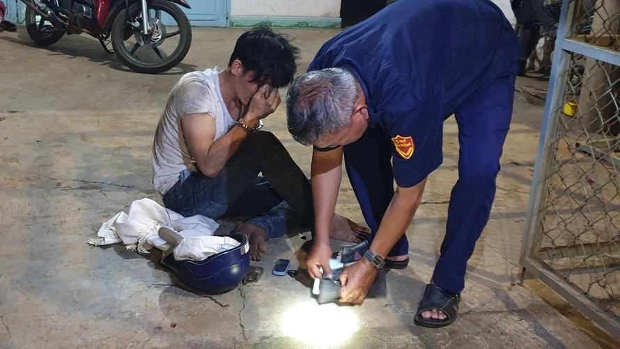 Kẻ trộm bị chặn bắt quả tang tại nhà.