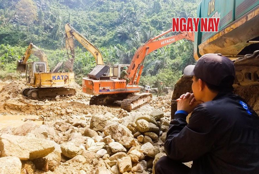 Người thân nạn nhân vụ sạt lở thủy điện Rào Trăng 3 ngồi đợi tin tức tìm kiếm. Ảnh: Nguyễn Khắc Thành