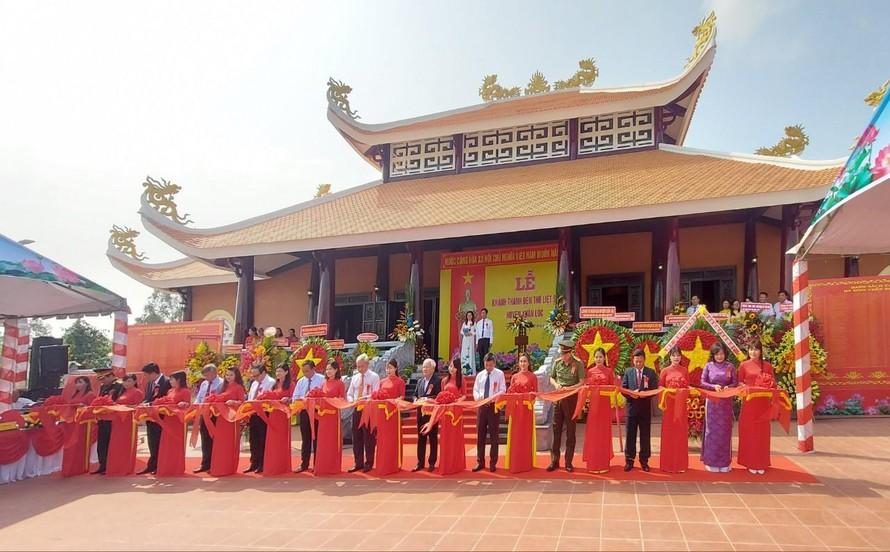Các đại biểu cắt băng khánh thành Đền thờ Liệt sĩ huyện Xuân Lộc.