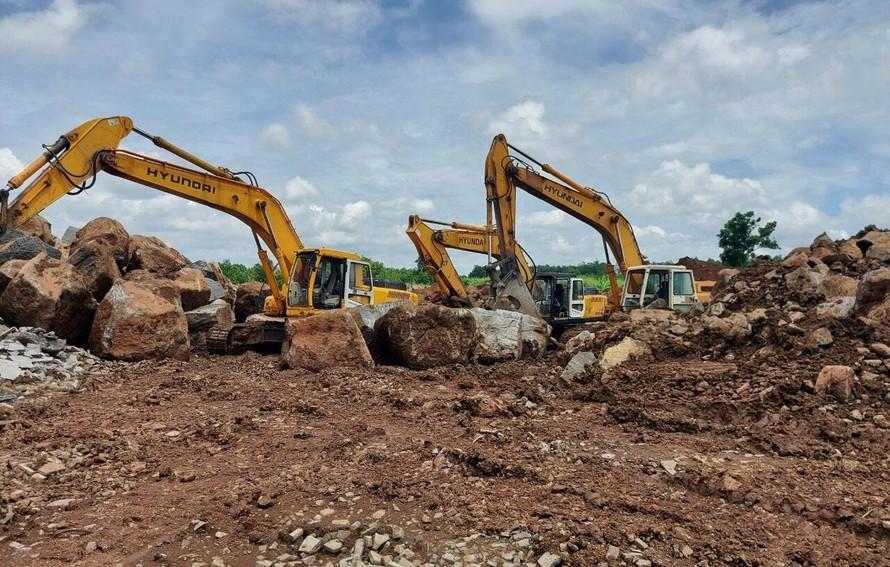 Ba xe cuốc đang đào đá mồ côi ở thửa đất tại ấp 6 xã Sông Trầu.