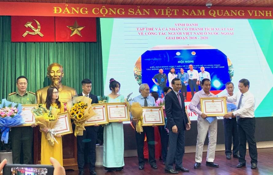 UBND TP.HCM tặng bằng khen cho các cá nhân, tổ chức tại buổi lễ.