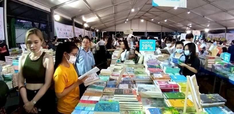 Người trẻ tham quan, mua sách trong ngày khai mạc.