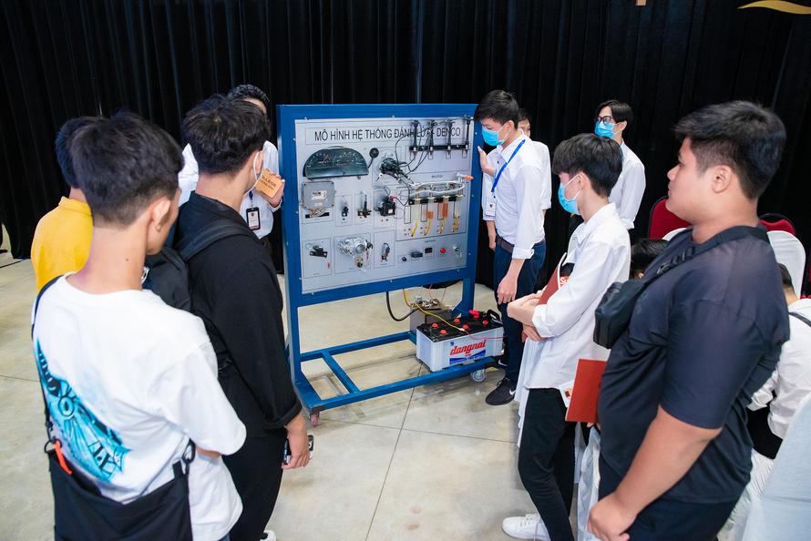 Ngành Công nghệ Ô tô trưng bày mô hình hệ thống đánh lửa, giúp các em hiểu rõ hơn về hoạt động của ô tô cũng như phần nào tiếp cận với quy trình sản xuất thực tế.