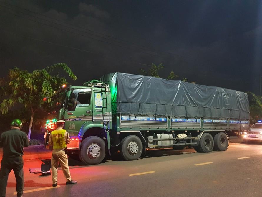 CSGT – TT TP.Long Khánh tiến hành cân tại chỗ xe tải chở cát.