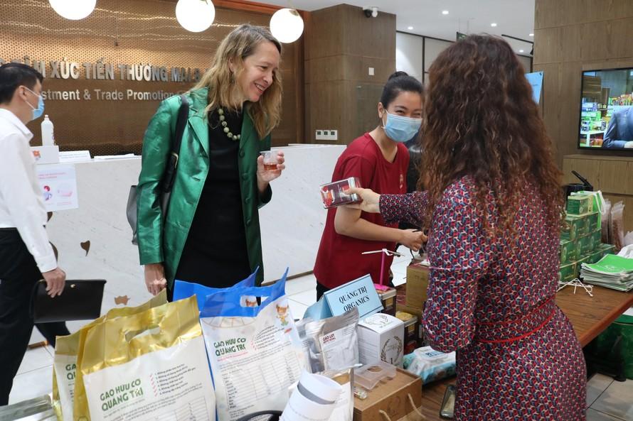 Bà Mary Tarnowka - GĐ điều hành AMCHAM thăm quan gian hàng doanh nghiệp giới thiệu sản phẩm tại Hội thảo.