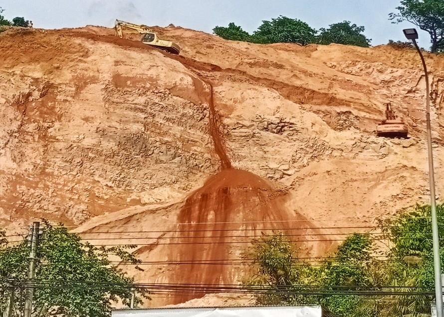 Mùa mưa đang đến gần và tình trạng khai thác đất của Công ty Minh Minh Đạt khiến nhiều người lo lắng xảy ra sạt lở.
