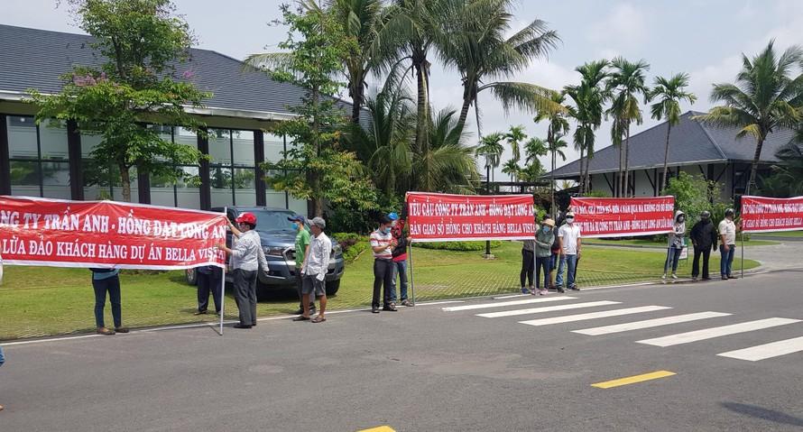Cư dân dự án Bella Vista căng băng rôn trước trụ sở Trần Anh Group yêu cầu bàn giao sổ đỏ.