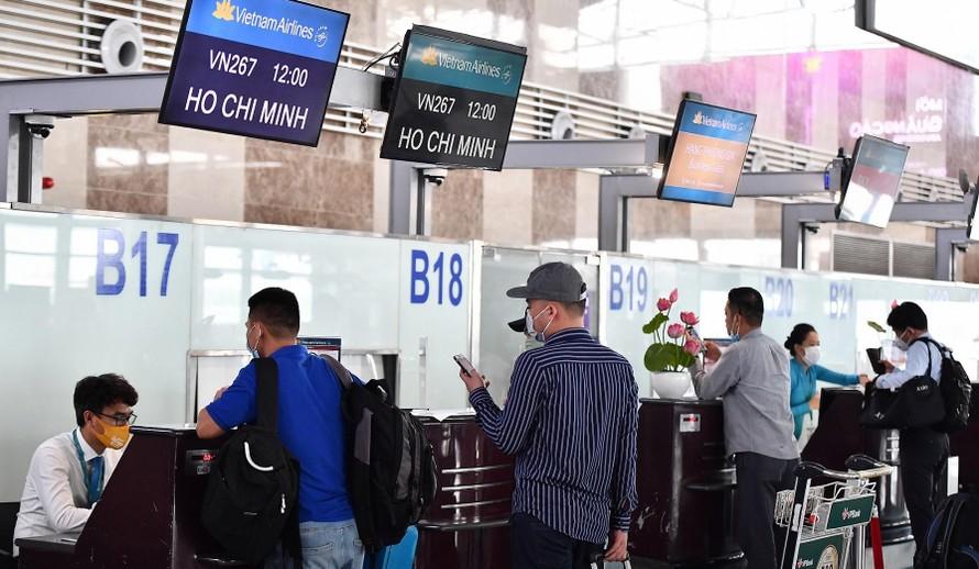 """Nhiều người rước """"cục tức"""" khi thực hiện thủ tục hoàn vé máy bay của hãng Hàng không Quốc gia Việt Nam. Ảnh: VNA"""