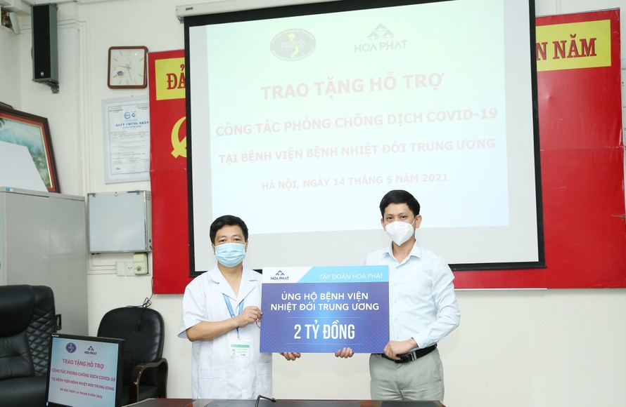Đại diện Tập đoàn Hòa Phát trao 2 tỷ đồng hỗ trợ Bệnh viện Nhiệt đới Trung ương cơ sở 2 phòng chống Covid-19.